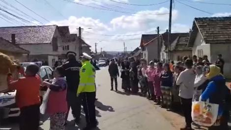 Înghesuială pentru alimente în județul Sălaj. Primarul a împărțit cartofi și pâine localnicilor care nu respectau măsurile de prevenție-VIDEO