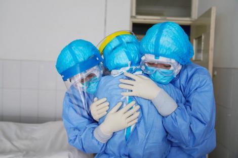 Medicii care tratează pacienți infectați cu coronavirus ar putea primi bonusuri de 500 de euro. Anunțul făcut de Klaus Iohannis