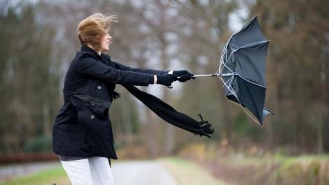 Vremea rea se întoarce începând de sâmbătă, în aproape toată țara! ANM a emis cod galben de vânt puternic