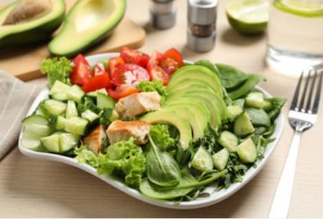 Cu ce putem combina clasica salată verde cu legume, pentru un plus de gust și sățietate