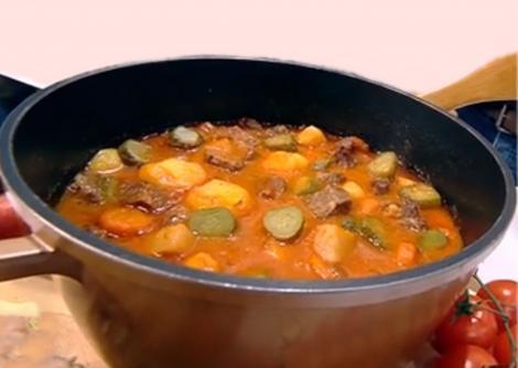Cum faci cea mai gustoasă tocană de cartofi cu rasol de vițel și castraveți murați