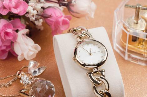 Ceasuri de damă stil brățară: reguli de curățare și întreținere a accesoriilor bijuterie