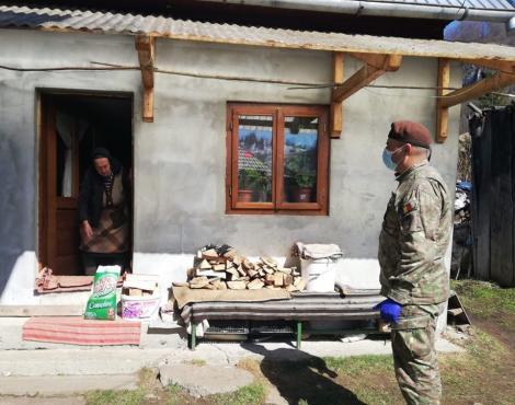 Militarii ajută la distribuirea de alimente şi produse de igienă personală unor familii aflate în dificultate
