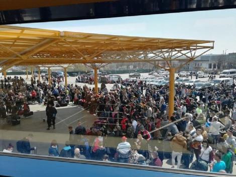 Aglomeraţie pe Aeroportul din Cluj - Peste 1.000 de români care vor să plece la muncă în Germania stau înghesuiţi, fără a respecta niciuna dintre restricţiile impuse de autorităţi pentru a preveni infectarea cu coronavirus
