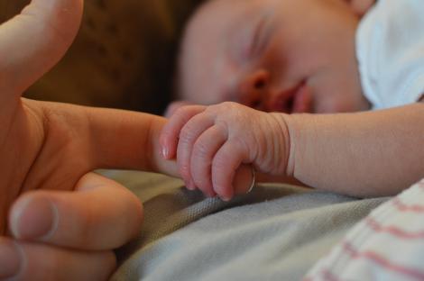 Victorie medicală în România: Un bebeluș, cel mai tânăr pacient, având puțin de peste o lună, este vindecat de coronavirus și externat din spital