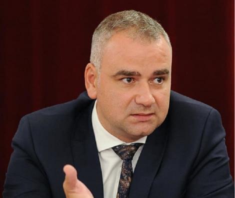 Un deputat de Iaşi îi cere edilului Mihai Chirica să renunţe la plantarea de panseluţe şi să decidă investiţiile prioritare pentru oraş, în contextul scăderii încasărilor la buget