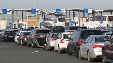 Aglomeraţie în punctele de trecere a frontierei, şi pentru autoturisme, şi pentru camioane/ La Nădlac maşinile aşteaptă 240 de minute pentru intrarea în România