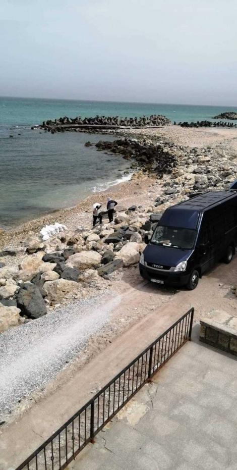 Două persoane au fost surprinse în timp ce umpleau saci cu nisip de pe plaja din Eforie Sud şi îi încărcau într-o maşină