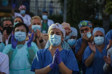 """Medic român: """"E o iluzie dacă nu poți respira cu mască pe fata"""". Acesta recomandă purtarea protecției și de către persoanele cu probleme respiratorii"""