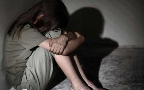 """Elevă premiantă, în vârstă de 15 ani, abuzată de tată ani la rând. Mama fetei a știut totul: """"Mă amenința cu moartea!"""""""