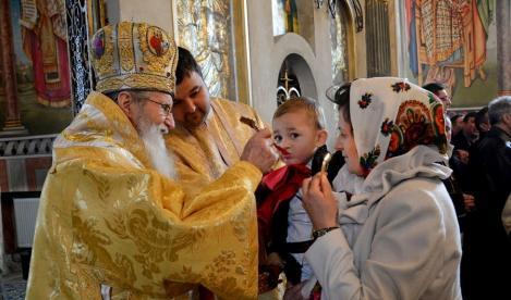 Răsturnare de situație în cazul regulilor privind slujbele religioase. Preoții, obligați să dezinfecteze lingurița de împărtășanie după fiecare credincios