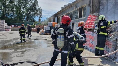 Incendiu la o hală de materiale de construcţii din Constanţa. Un pompier a fost rănit - FOTO