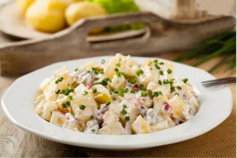 Salată de cartofi noi cu ceapă roșie și iaurt