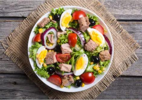 Rețetă de salată verde cu file de ton și ouă fierte
