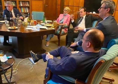 Fotografie virală cu premierul Orban şi mai mulţi miniştri care beau, fumează şi mănâncă într-un birou al Guvernului. Nimeni nu poartă mască!