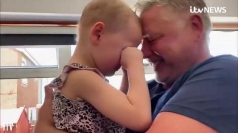 Momentul emoționant în care o fetiță de patru ani, diagnosticată cu o formă rară de leucemie, își revede tatăl după șapte săptămâni. Micuța nu și-a putut stăpâni lacrimile