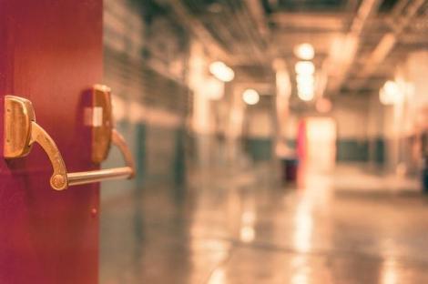 Ce diferențiază o ușă antifoc de o ușă normală?