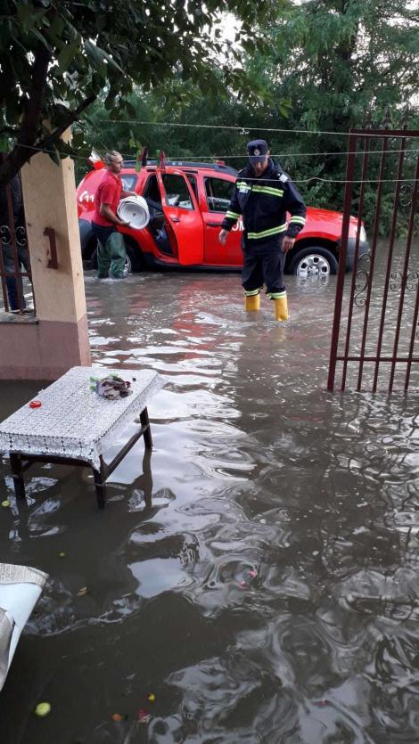 Peste o sută de gospodării din Ialomiţa, afectate în urma unei ploi torenţiale/ Pompierii au scos apa şi din mai multe instituţii publice