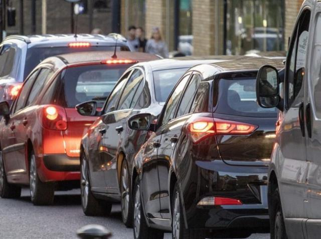 Mașini pe benzină și diesel, interzise în orașele mari din România, din 2025. Proiectul a fost depus la Senat