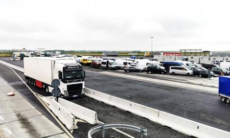 Ministerul de Interne anunţă că Ungaria renunţă la solicitarea documentelor justificative pentru tranzitarea ţării, pentru eliminarea aglomeraţiei la frontieră
