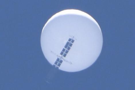 Un obiect înfricoșător, apărut pe cer, a incins internetul din toată lumea. Oamenii vorbesc despre OZN sau balon care împrăștie coronavirus - Video
