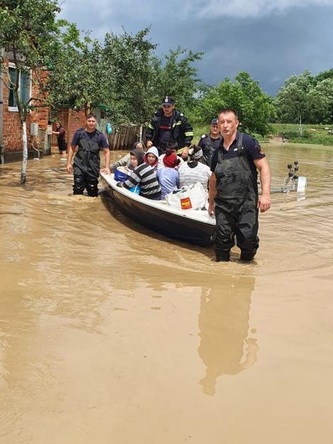 Timiş: O viitură a afectat 13 gospodării, mai multe persoane fiind evacuate/ În Caraş-Severin, 17 localităţi au fost afectate de ploile torenţiale