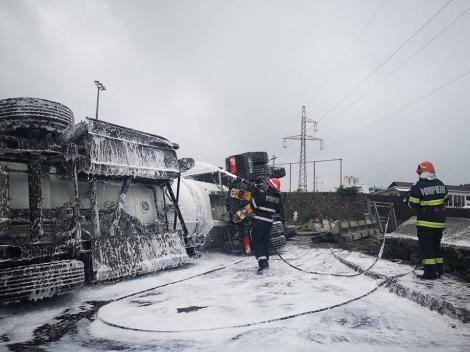 """""""Sper să mă întorc acasă"""". Tragedia de la Mihăilești, la un pas să se repete, pe Autostrada A1. O cisternă încărcată cu 33 de tone de combustibil s-a răsturnat"""
