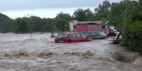 Cod roșu de ploi torențiale în România! Oamenii sunt îngroziţi de furia apelor: ''Numai când te uiţi îţi vine să leşini!''