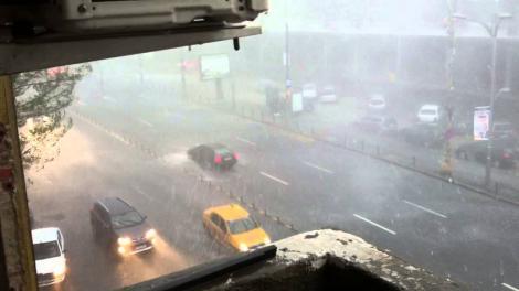 Plouă torențial în weekend, în București! ANM a emis un nou cod galben de vreme rea, valabil până luni