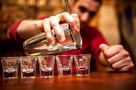 """Care este salariul unui barman în stațiunea Mamaia. Un tânăr a dezvăluit suma care i-a fost oferită: """"De asta vă treziți că nu aveți personal!"""""""