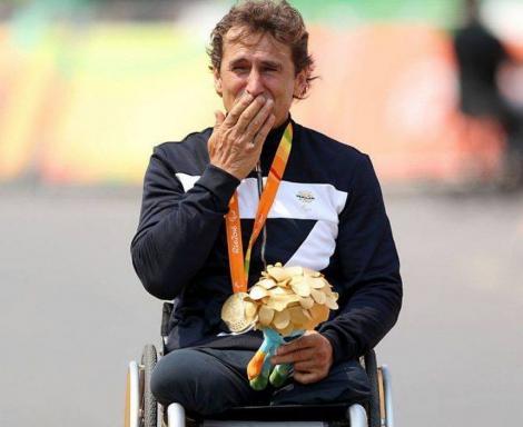 Fost pilot de Formula 1,  în stare gravă, după un accident în Italia. În 2001, i-au fost amputate picioarele