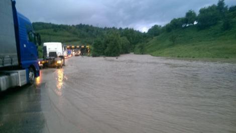 Drum național inundat complet în Caraş-Severin. Șoferii nu au mai putut înainta din cauza apelor