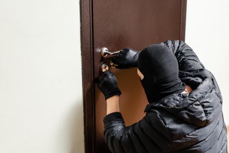 A sărit de la etaj, ca să scape de bărbații, cu măști și mănuși, care intraseră peste ea în casă! Situația s-a repetat, în aceeași seară