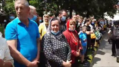 Imagini revoltătoare! Pelerinaj cu moaște și zeci de oameni îmbulziți și fără măști la Suceava, orașul-focar din România
