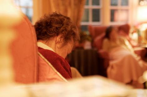 S-a aruncat de la etaj, de frica bolii! O bătrână internată în azilul- focar de COVID-19 din Galați s-a sinucis