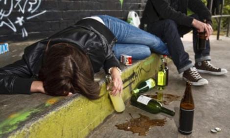 Adolescentă din Botoșani, în comă alcoolică după Evaluarea Națională. Ce note obținuse fata care a băut cu prietenii până s-a prăbușit la pământ