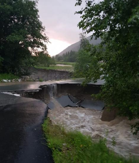 Ploile torențiale fac ravagii în țară. O bucată de drum s-a desprins din cauza viiturii. Circulația a fost închisă de urgență