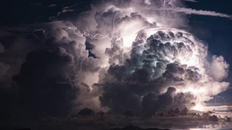 Alertă! ANM a emis Cod ROȘU  și PORTOCALIU de furtuna și fenomene extreme în două județe din România