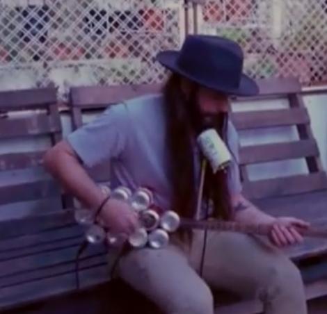 Nu arunca dozele de bere! Poți face o chitară electrică de milioane, în câteva minute | VIDEO