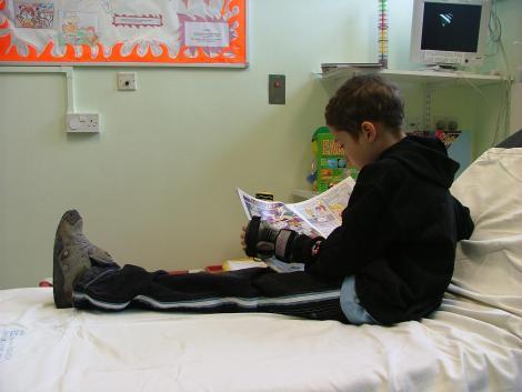 """Un copil de nouă ani așteaptă, de zile în șir, pe holurile spitalului. Nu știe că tatăl lui a murit, pe masa de operație: """"Tati e bine? Când pot să îl văd?"""""""