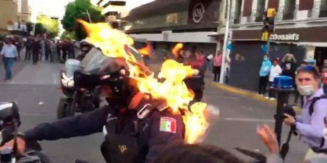 Momentul dramatic în care un polițist e incendiat în timpul unui protest. Atenție, imagini care te pot afecta emoțional!