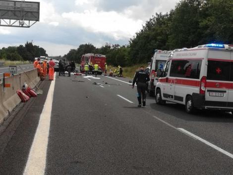 Patru români, între care o fetiță de zece luni și un băiețel de zece ani, au murit într-un accident grav în Italia. Alte șapte persoane au fost rănite