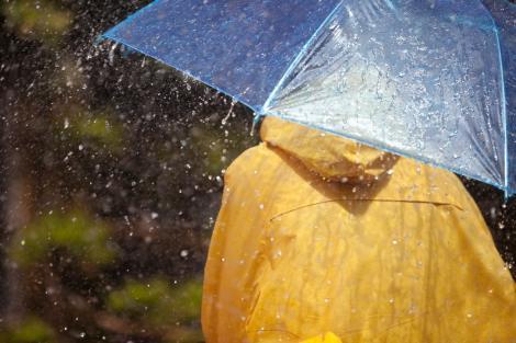 O nouă avertizare de la meteorologi! Zonele din țară ce vor fi lovite de ploi torențiale, vijelii și grindină, până miercuri!