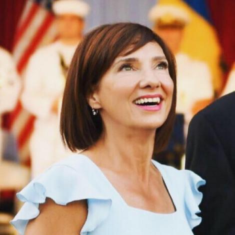 Cum arăta Carmen Iohannis în copilărie! Soția președintelui, în uniformă școlară și cordeluță pe cap!   FOTO