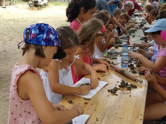 """Tabăra de creaţie """"Vara pe uliţă"""", organizată în perioada 20 iulie-7 august, în curtea Muzeului Satului"""
