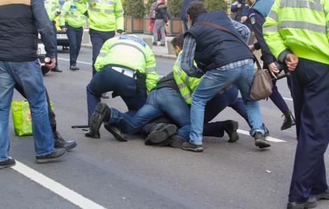 Scene tulburătoare în România! O femeie a tușit spre polițiști și a spus că are coronavirus