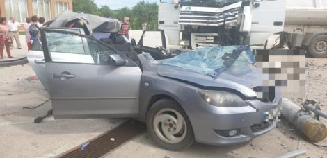 Accident teribil în Hunedoara! Copil de trei ani, în stare de șoc, găsit pe bancheta din spate, lângă tatăl strivit de un stâlp căzut pe mașină