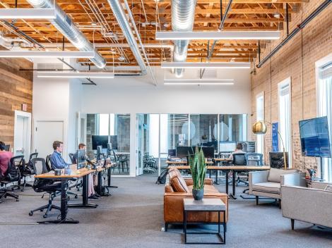 Cum să asiguri, ca manager, o revenire la birou a angajaților cât mai eficientă și lipsită de complicații