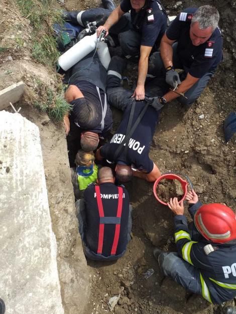 Dâmboviţa: Trei muncitori, prinşi sub un mal de pământ în timp ce lucrau la o canalizare - VIDEO