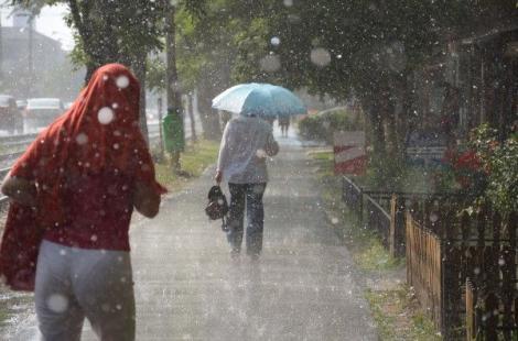 Vești proaste de la meteorologi. Codul portocaliu de ploi torențiale a fost prelungit până luni. Care sunt zonele afectate de furtuni